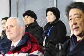 平昌冬季五輪の開会式で、北朝鮮の金与正氏(中央右)と金永南最高人民会議常任委員長(同左)の近くに座る安倍首相(右端)とペンス米副大統領(9日)=聯合・共同
