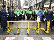 今年の東京マラソンから導入される車両の突入を防ぐストッパー(22日、東京・丸の内)
