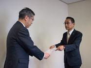 要望書を提出する浜松商議所石黒副会頭(右)と受け取る長田浜松副市長(左)