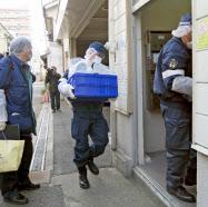 大阪市東成区のマンションに入る兵庫県警の捜査員(24日午前)=共同