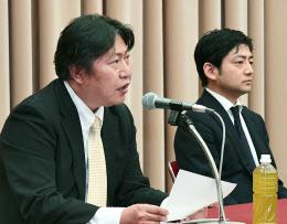 記者会見するマネーパートナーズの奥山社長(左)とビットフライヤーの加納社長(2日午後、東京都千代田区)