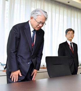経産省を訪れ、頭を下げる神戸製鋼所の川崎会長兼社長(左)と梅原副社長(10月12日午前、東京・霞が関)