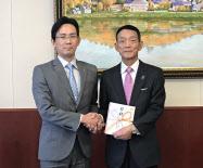 千葉工大の瀬戸熊理事長(右)とヤマギシリフォーム工業の山岸社長(14日)