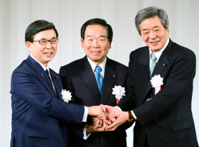 額賀派の額賀会長(中)と握手する竹下次期会長(右)(14日、東京都港区)