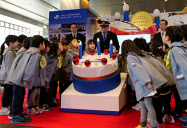 園児らがケーキのオブジェのロウソクを吹き消した(JR富山駅)