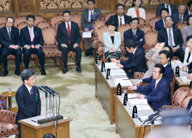 参院予算委の証人喚問で証言する佐川氏(左手前)=27日午前