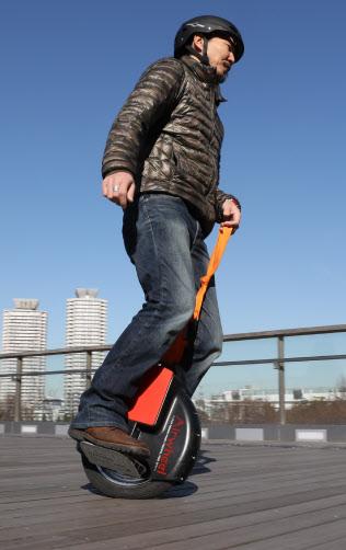 体重移動だけで前進や後退ができる電動一輪車(東京・台場の試乗スペース)
