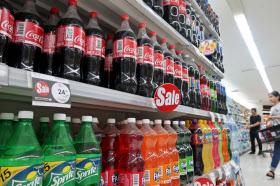 甘い清涼飲料の並ぶタイのスーパーマーケット(バンコク)