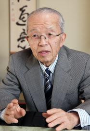 インタビューに答える作家の加藤廣さん(2014年3月)
