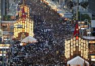 祇園祭の資金調達にクラウドファンディングを活用する(昨年の「山鉾巡行」を翌日に控えた「宵山」の様子)