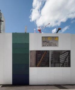 仮囲い壁面に設置した太陽光発電システム(出所:カネカ)