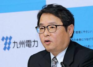 九州電力の新社長に決まり、記者会見する池辺取締役(23日、福岡市中央区)