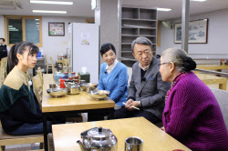 北朝鮮から避難した際、兄と生き別れになったという女性に話を聞く池上氏(右から2人目。ソウル、2017年12月)=テレビ東京提供