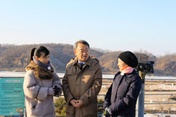 田園風景をのぞむ臨津閣で、朝鮮戦争について解説する池上氏(中央、2017年12月)=テレビ東京提供