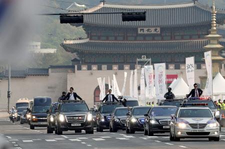 青瓦台の大統領官邸を出発する、文大統領の車列(27日)=ロイター