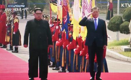 9時36分ごろ 儀仗(ぎじょう)隊の栄誉礼を受ける文大統領(右)と金委員長=韓国共同映像取材団