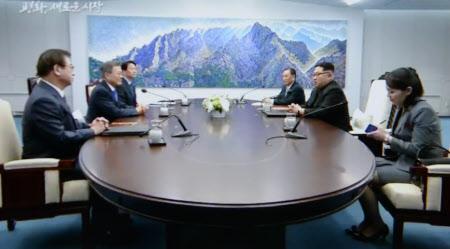 10時18分ごろ 南北会談に臨む韓国の文大統領(左から2人目)と北朝鮮の金委員長(右から2人目)=韓国共同映像取材団