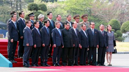 歓迎行事で記念撮影する文大統領(前列左から4人目)と金委員長(同5人目)=代表撮影・ロイター
