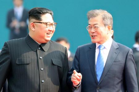 笑顔で言葉を交わす金委員長(左)と文大統領=代表撮影・ロイター