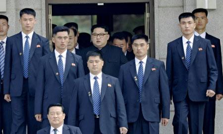 9時28分ごろ 北朝鮮側の建物から出る金委員長(中央)=韓国共同写真記者団・共同