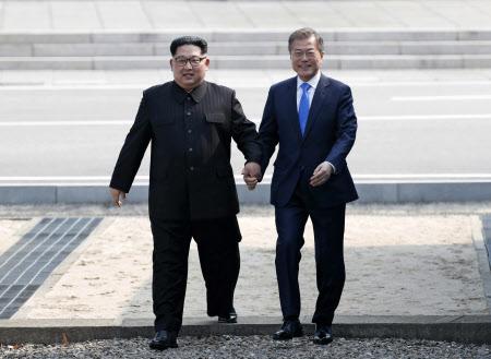 再び軍事境界線を越え、韓国側に入る金委員長(左)と文大統領=代表撮影・AP