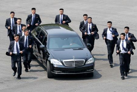 11時59分頃 午前の会談を終え、北朝鮮の金委員長を乗せて移動する車両=ロイター