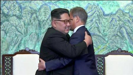 抱き合う金正恩氏(左)と文在寅氏=ロイター