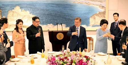 晩さん会に臨む文大統領と金委員長の両夫妻=ロイター