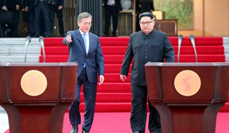 共同宣言の会見に臨む文大統領(左)と金委員長=ロイター