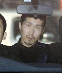 愛媛県警今治署に到着した平尾容疑者(30日)=共同