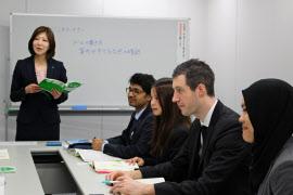 ヒューマンホールディングスはマナー研修を開き、外国人の就労を支援する