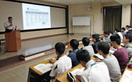 大阪国税局が灘中で開いた、税金をテーマにした講義を受ける生徒ら(9日、神戸市)=共同