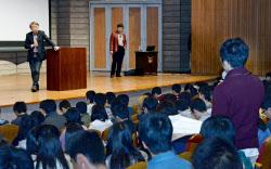 講演後、新入生(右)の質問をきく東工大の池上彰特命教授(左奥)(4月5日、大岡山キャンパス)