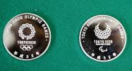 押収された2020年東京五輪・パラリンピックのエンブレムが刻印された偽物の記念メダル=17日午前、警視庁石神井署