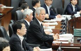 今国会で初めて開かれた衆院憲法審査会。中央は森会長(17日午前)