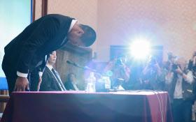 記者会見で頭を下げる日大アメフト部の選手(22日午後、東京都千代田区)