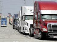 コンテナ輸送用のトラック不足が広がる(米カリフォルニア州)=ロイター