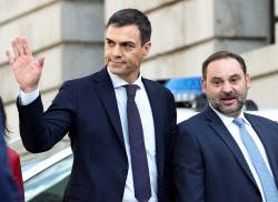 スペインの新首相に就任予定のサンチェス氏(1日、マドリード)=ロイター