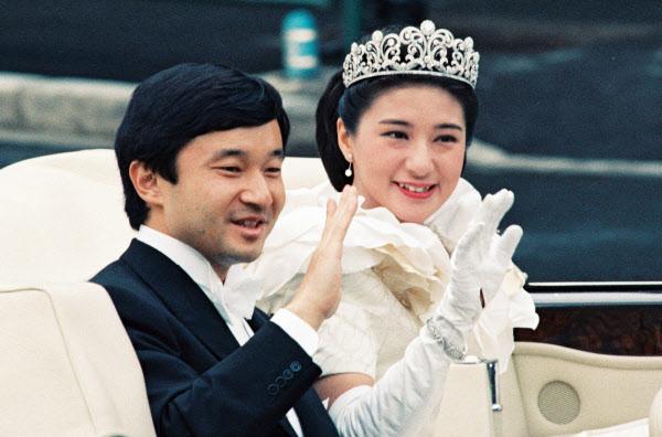 結婚パレードで車内から手を振る皇太子ご夫妻(1993年6