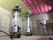 報道公開された積水ハウスの天井石こうボード施工ロボット(13日午後、茨城県古河市)