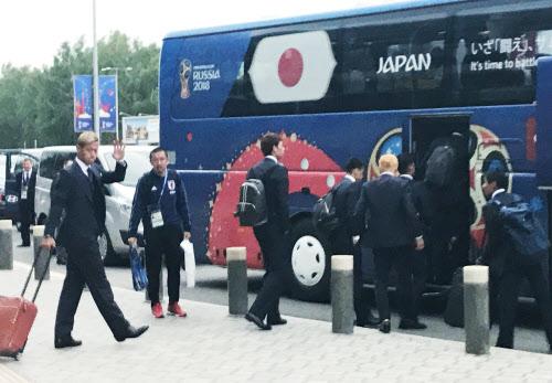 カザン国際空港に到着した日本代表(13日、ロシア・カザン)