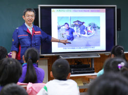 水防の出前授業を国交省の職員(6日、茨城県つくば市)