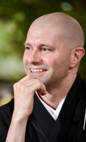 ざいれ・ぎょうえい 1978年ドイツ・ハンブルク生まれ。89年に米国に移住し、カリフォルニア大バークレー校で日本古典文学を専攻。大阪外語大大学院(当時)への留学などを経て2010年龍谷大客員研究員。11年に興福寺で出家得度。