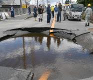 耐用年数を超えた水道管が破損し広く影響が出た<br /><br /><br /> (18日、大阪府高槻市)<br /><br /><br />