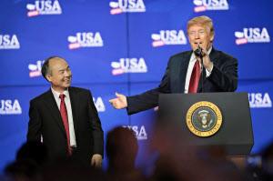 28日、米ウィスコンシン州で、液晶パネル工場の起工式に出席したソフトバンクグループの孫正義会長(左)とトランプ大統領=ゲッティ共同