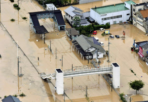 冠水した広島県呉市のJR安浦駅(7日午前、共同通信社ヘリから)=共同