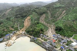 愛媛県宇和島市の土砂崩れ現場(8日午後、共同通信社ヘリから)=共同