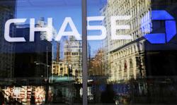 好景気を背景にローン残高が伸びている(米ニューヨークのJPモルガン・チェースの店舗)=AP