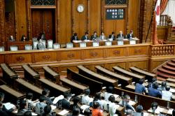 賛成多数で改正健康増進法が可決、成立した参院本会議(18日)