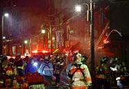 住宅火災があった京都市東山区西御門町の現場付近(28日午後11時16分)=共同